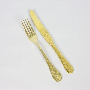Graveeritud kuldsed noa ja kahvli komplekt
